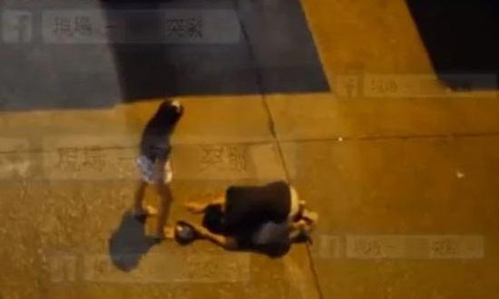 Thiếu nữ đánh bạn trai tàn nhẫn ngay giữa đường - 2