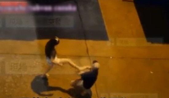 Thiếu nữ đánh bạn trai tàn nhẫn ngay giữa đường - 3
