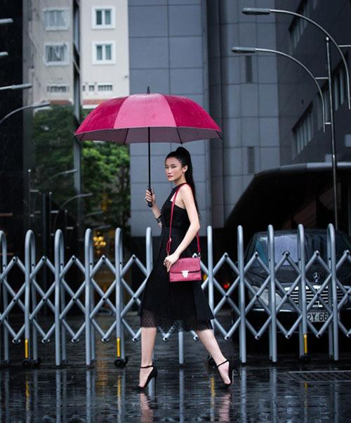 Mặc trời mưa, Kha My Vân vẫn diện đồ sang chảnh - 1