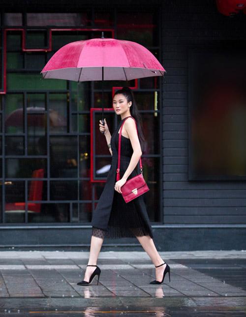 Mặc trời mưa, Kha My Vân vẫn diện đồ sang chảnh - 2