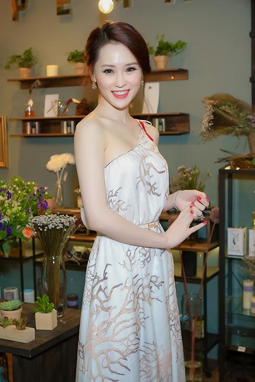 Thái Như Ngọc đẹp ngọt ngào với váy hàng hiệu - 3