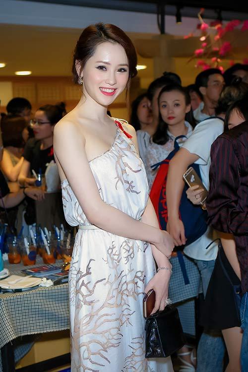 Thái Như Ngọc đẹp ngọt ngào với váy hàng hiệu - 8