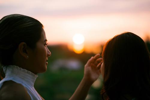 Xúc động bộ ảnh tình yêu của cặp đôi đồng tính nữ - 1