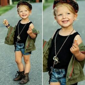 Cô nhóc đáng yêu mê style bụi bặm và vintage