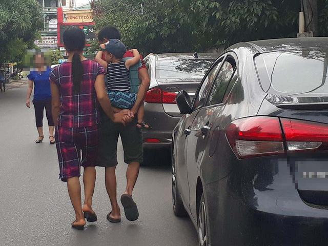 """Bức ảnh ông chồng vừa cõng con vừa nắm chặt tay vợ từ phía sau khi dạo phố """"đốn tim"""" người xem"""