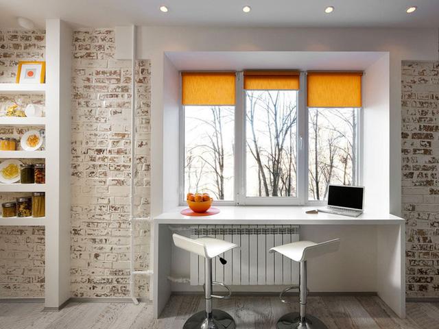 Tận dụng khung cửa sổ để thiết kế bàn dài, thêm ghế xoay cao để tiện lợi cho chức năng ăn uống và làm việc.