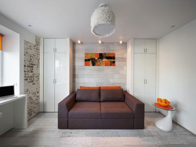 Hai bên tường góc được bố trí tủ đựng đồ màu trắng cùng tông với màu nền, vừa giúp không gian rộng hơn vừa giúp căn phòng đẹp tinh tế.