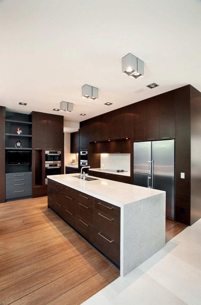 Lựa chọn thêm chất liệu gỗ sáng màu lát sàn giúp căn bếp tránh được nét cổ điển, đơn điệu.