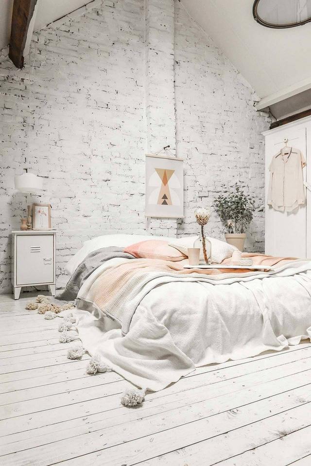 Một bức tường gạch trắng và sàn nhà bằng gỗ trông rất có bố cục và bắt mắt.
