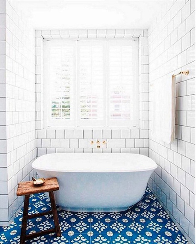 Gạch hoa màu xanh trên sàn nhà và gạch ngầm màu trắng cho một phòng tắm tuyệt đẹp như thế này đây.