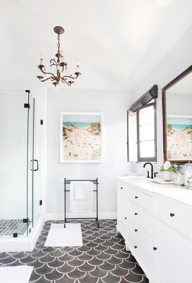 Sàn lát bằng thủy tinh màu đen tạo ra một cái nhìn đậm mắt hơn cho phòng tắm này.