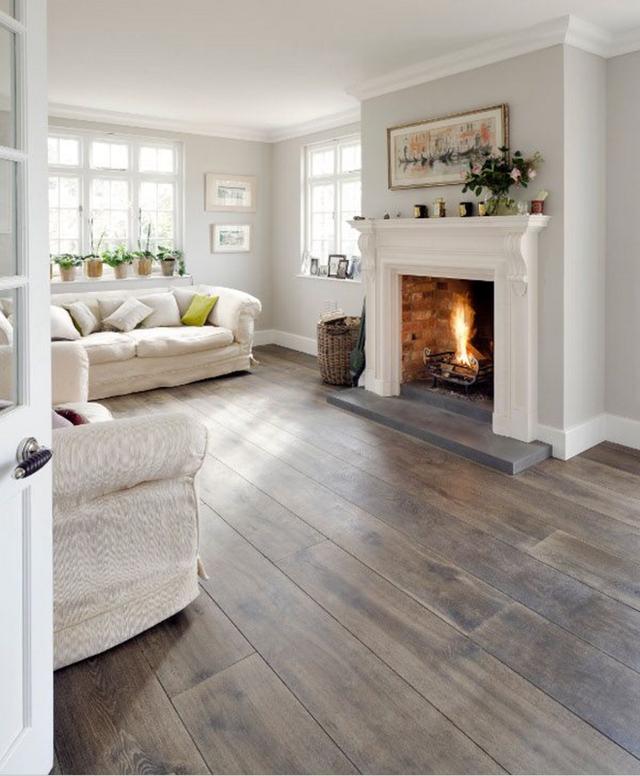 Tất cả mọi thứ nột thất đều trắng đi kèm với sàn gỗ màu tối và một tấm thảm trắng sẽ làm không gian mềm mại hơn.