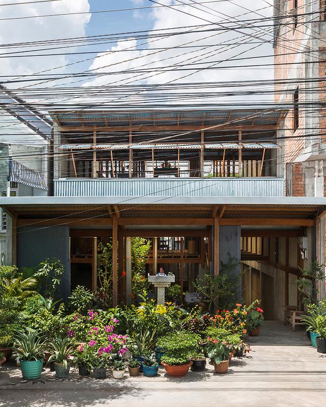 Tầng trệt của ngôi nhà thiết kế vô cùng đơn giản với những mảng sân đồ xi măng, nền đất tự nhiên và cả những khoảng sân lót tấm gỗ. Trong những tháng không ngập, đây là nơi gia chủ dành không gian cho khu vực sân vườn, khu tiếp khách, ăn uống, nghỉ ngơi.