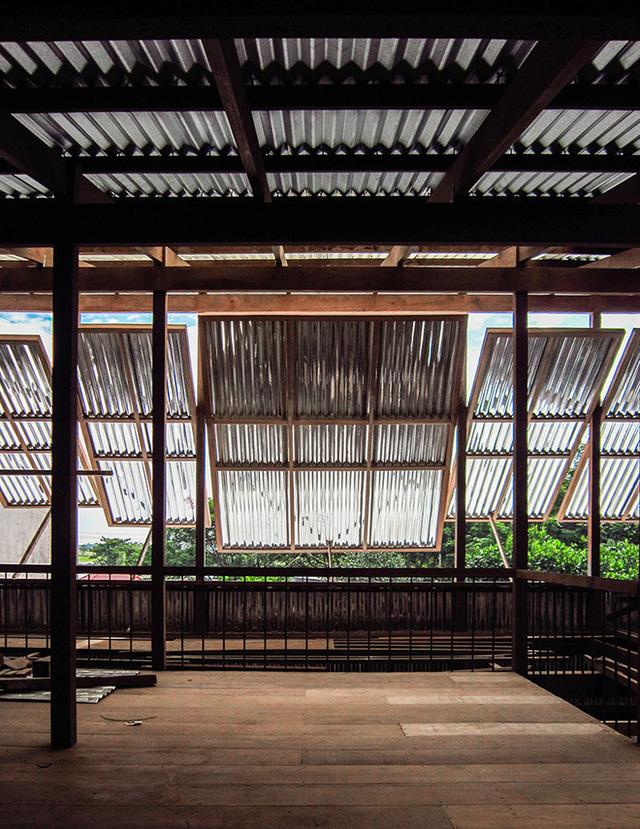 Ở phần mái nhà, các cửa sổ bằng tôn dạng quay cũng giúp mang lại ánh sáng mặt trời một cách tinh tế vào không gian trong nhà.