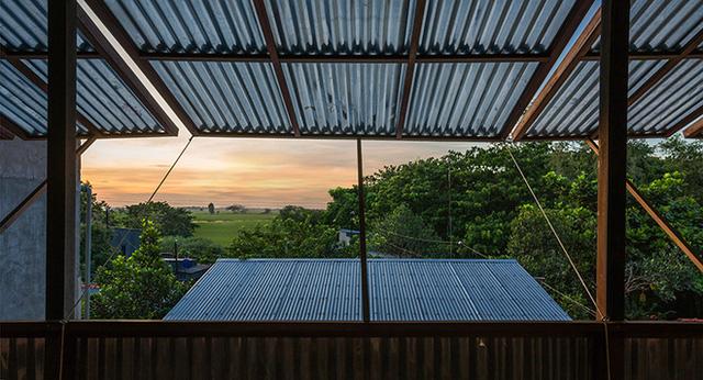 Qua những ô cửa rộng thế này, bạn có thể được ngắm nhìn hình ảnh mặt trời lên, những ruộng lúa hay những cây thốt nốt đặc trưng của vùng Châu Đốc.