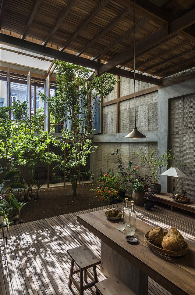 Tầng trệt là không gian ăn uống, tiếp khách và cả khu vườn xanh mát.