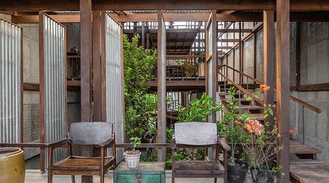 Với khoảng sân nhỏ giữa nhà và kiểu cửa xoay, các không gian trong nhà kết nối với nhau rất dễ dàng.