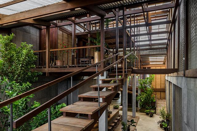 Cầu thang thiết kế hết sức mộc mạc nhưng không kém phần ấn tượng với chất liệu gỗ thép.