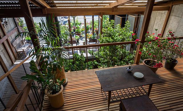 Những món nội thất trong nhà cũng đều là gỗ mộc được đóng từ vật liệu có sẵn ở địa phương, khiến không gian vì thế vừa đẹp, vừa gần gũi.