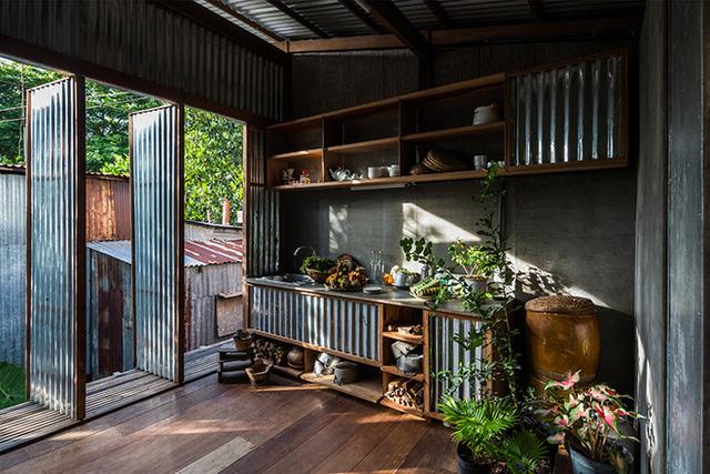 Những cánh cửa kim loại cũng được sử dụng cho đồ nội thất nhà bếp và các bức tường bên ngoài của hàng xóm.