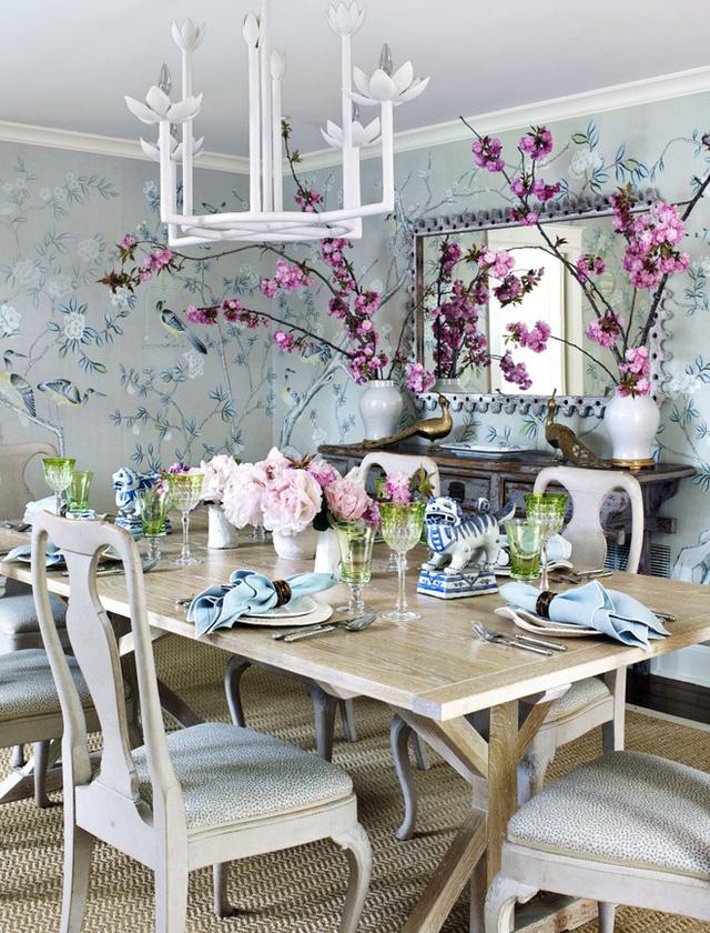 1. Sử dụng giấy dán tường với họa tiết nhã nhặn, chúng sẽ ngay lập tức mang đến sự hoàn hảo và đẹp mắt cho căn phòng ăn uống vốn được bài trí đơn giản của gia đình bạn.