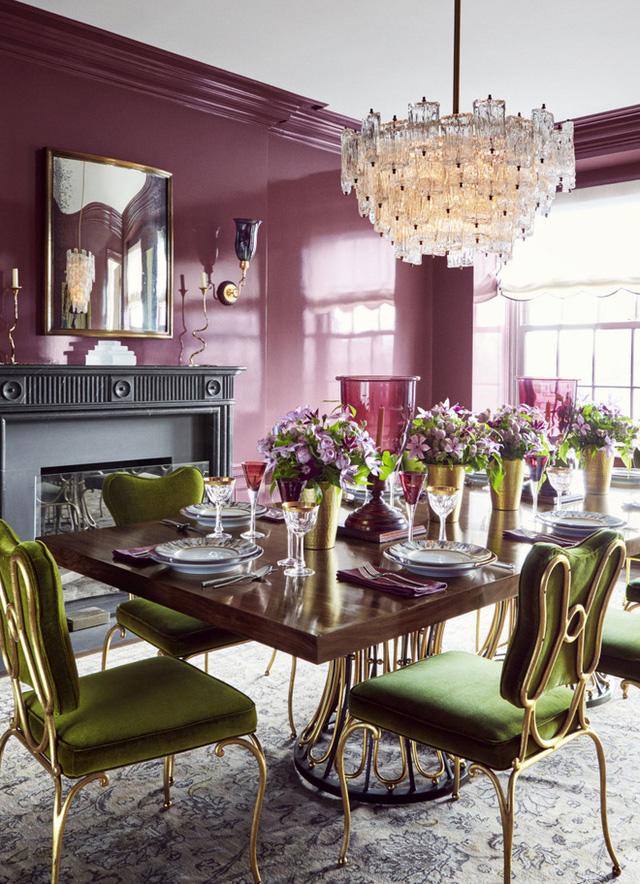 12. Với không gian ăn uống được chọn phong cách trang trí cổ điển, bạn có thể kết hợp màu hồng xám cho tường với màu xanh xám cho ghế ăn để tạo căn phòng xinh đẹp, lãng mạn hơn.