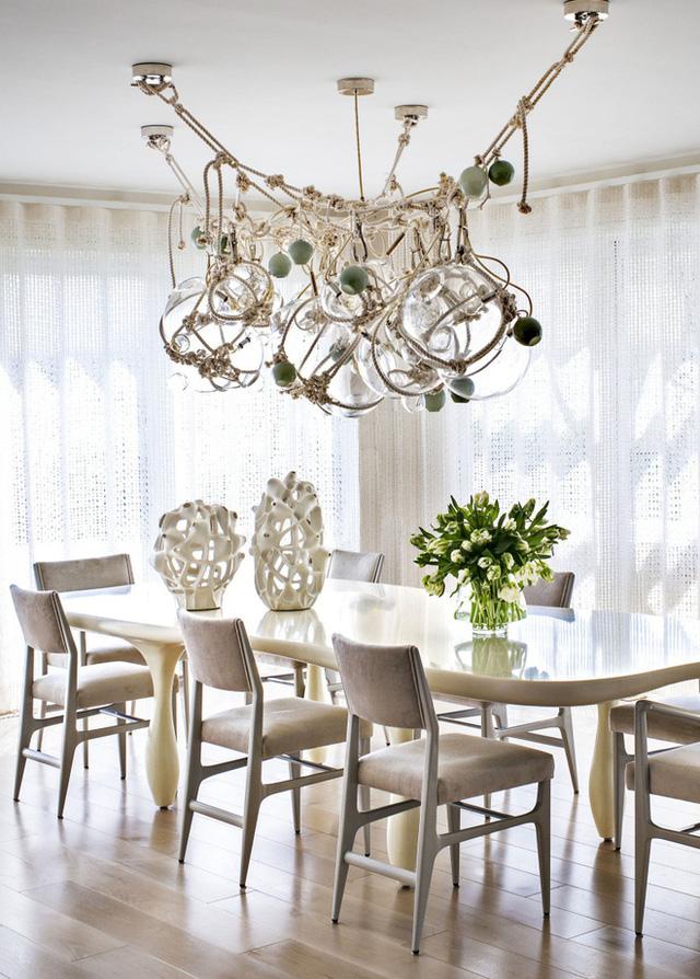 3. Căn phòng ăn sẽ không để lại nhiều ấn tượng cho mọi người khi đến chơi nhà với cách trang trí thông thường. Hãy đầu tư một bộ đèn chùm với kiểu dáng đặc biệt, chúng sẽ giúp không gian ăn uống của gia đình đẹp hơn, lãng mạn hơn.