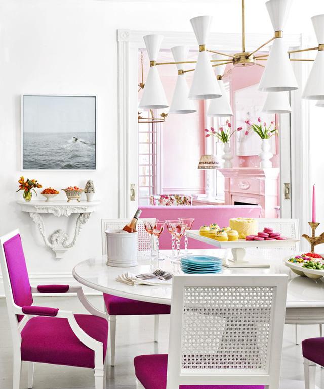 9. Không cần quá nhiều màu sắc, phòng ăn vẫn đẹp bất ngờ với ý tưởng sử dụng nệm màu hồng đậm.