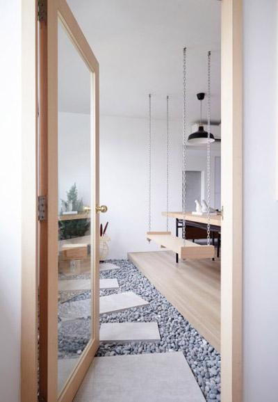 Ngoài ra, gia chủ còn sử dụng ghế xích đu thay cho ghế ở bàn ăn. Nhờ đó, hai vợ chồng cũng có thể ngồi thư giãn hướng ra vườn, cửa sổ.