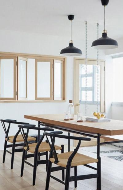 Phần đối diện còn lại của bàn ăn vẫn dùng các kiểu ghế quen thuộc.