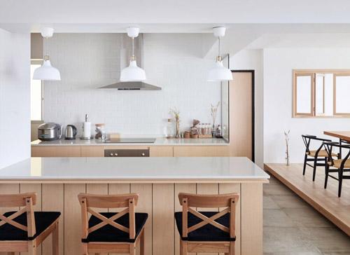 Bàn bếp khá rộng có thêm chức năng của một quầy bar, chỗ ngồi ăn sáng thoải mái.