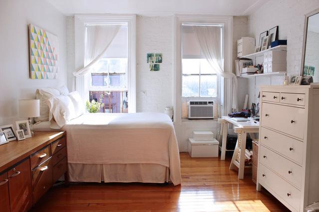 """Vì sống một mình nên mọi không gian được kết nối với nhau tạo nên sự thuận tiện cho việc sinh hoạt. Khu vực tiếp khách được cô gái đặt sofa êm ái và gọn nhẹ ở ngay lối vào. Gần cửa sổ được bố trí giường ngủ. Những khu vực chức năng được tách biệt bằng cách """"đánh dấu"""" trang trí trên tường."""