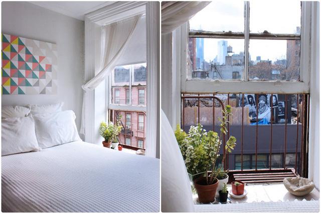 Những bức tranh nhiều màu sắc, nhiều địa danh khác nhau tạo nên một thế giới sinh động thu nhỏ ngay trong khu vực tiếp khách. Tường của giường ngủ được cô gái sử dụng bảng màu với nhiều màu sắc tươi tắn, giúp cách trang trí đơn giản của giường ngủ không làm cho khu vực này trở nên đơn điệu.