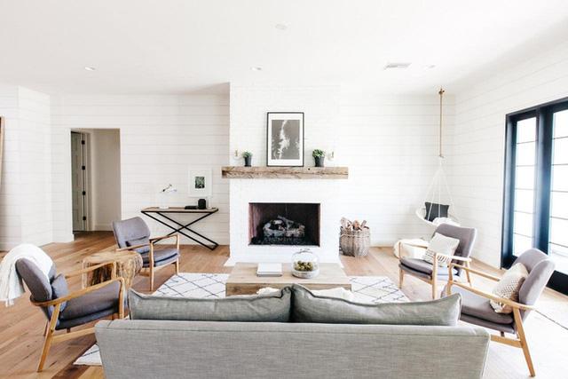 Với một thiết kế tường sọc ngang ôm trọn cả không gian phòng khách như thế này thì điều tất yếu xảy ra là đồ nội thất trong phòng chính là điểm nhấn.