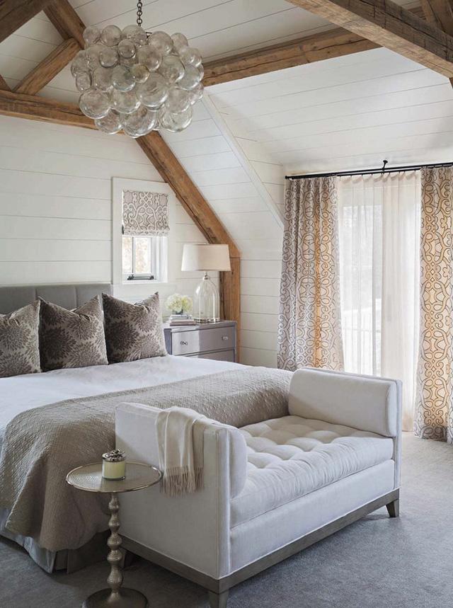Những màu sắc cổ điển xen kẽ vào thiết kế tường cũng giúp phòng ngủ của bạn ấm áp hơn.