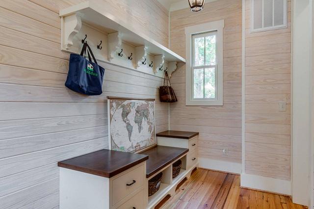 Phòng chứa đồ của bạn cũng có thể sử dụng thiết kế này. Tone màu nâu nhẹ sẽ phù hợp với những đồ vật lưu trữ và tạo cảm giác nhẹ nhàng hơn.
