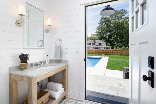 Với một không gian phòng tắm nhỏ thì việc sử dụng thiết kế tường trắng sọc đen này là vô cùng phù hợp để ăn gian diện tích.