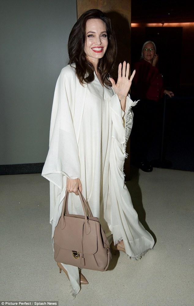 Angelina Jolie chưa chịu ly hôn với Brad Pitt là vì tiền
