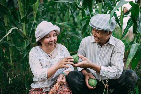 """Chuyện tình yêu 25 năm """"xanh ngát xanh"""" của vợ chồng nông dân gây sốt dân mạng"""