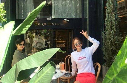 Chae Rim giấu bụng bầu 8 tháng khi đi cafe cùng bạn thân