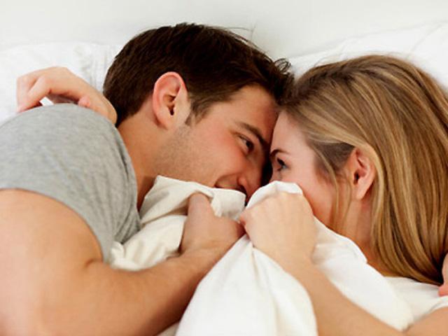 """Theo các chuyên gia về nam học, có nhiều nguyên nhân khiến nam giới gặp phải cảnh """"trên bảo dưới không nghe"""" như: Tuổi tác, căng thẳng, lo toan, thường xuyên sử dụng rượu bia, hút thuốc lá, các bệnh mạn tính như cao huyết áp, tiểu đường"""