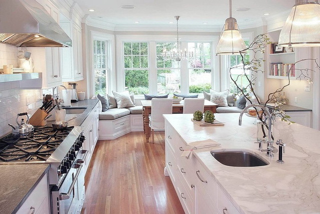 1. Nhà bếp hiện đại rộng rãi trong màu trắng với ghế cửa sổ thoải mái chiếm diện tích cũng khá lớn. Sử dụng tông màu sắc ứng với màu tường, thiết kế này mang lại cảm giác dễ chịu cho người sử dụng.