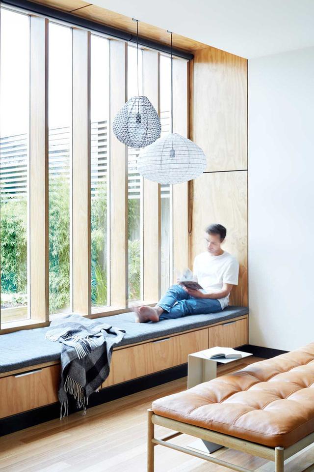 8. Bạn sẽ chẳng phải lo nhà bếp chật đâu vì dù sao cũng đã tích hợp được khá nhiều tiện ích dưới dạng một chiếc ghế ngồi bên cửa sổ rồi mà.