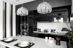 Nếu không muốn căn bếp bị lỗi mốt hãy lựa chọn gam màu đen – trắng
