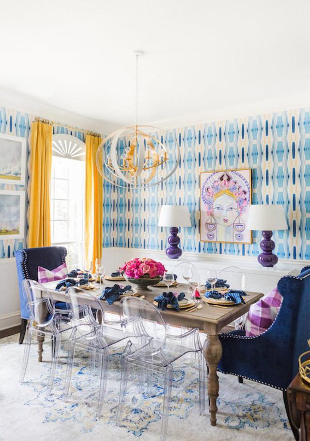 Tuy nhiên, những chiếc bàn gỗ hay bàn kính với kiểu dáng quá đơn giản sẽ khiến không gian ăn uống trở nên đơn điệu, mờ nhạt. Để định hình vẻ đẹp duyên dáng, nữ tính cho căn phòng này, bạn nên chọn những chiếc bàn có màu sắc bắt mắt hoặc chọn cách thêm những đường nét trang trí uốn cong nghệ thuật.