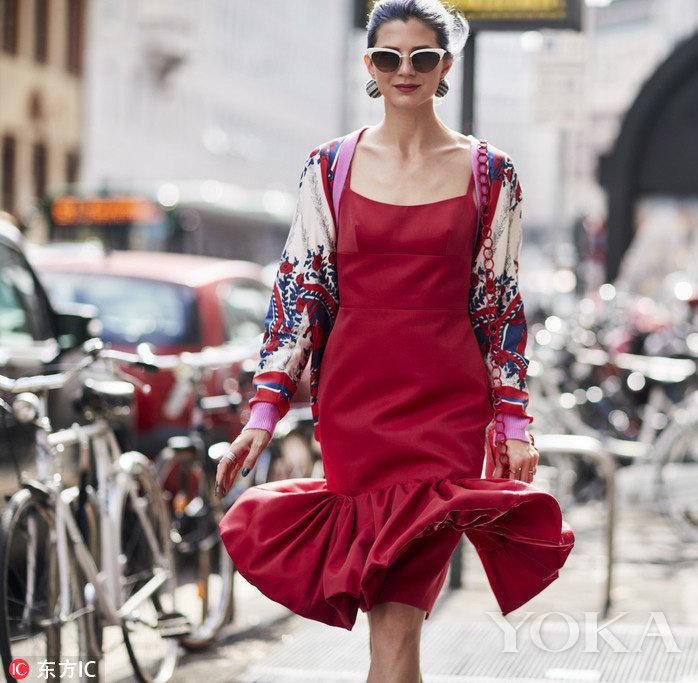 Tông màu đỏ của váy dài, váy ngắn đang là mốt mùa thu đông năm nay