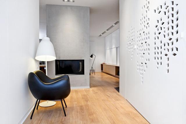 Căn hộ có diện tích 134 m2.    ... gồm một không gian sinh hoạt chính, 3 phòng ngủ và 2 công trình phụ. Không gian sinh hoạt chính gồm bếp và phòng khách, cách thiết kế rất phổ biến tại các căn hộ.      Căn hộ mang phong cách thiết kế tối giản.      Mặt bếp cũng hạn chế tối đa đặt để các vật dụng, tạo cảm giác thoáng và sang trọng cho cả phòng khách.      Bàn ăn thiết kế độc đáo cho 6 người dùng bữa.      Phòng ngủ cho bố mẹ có công trình phụ đi kèm.      Nội thất của công trình phụ cùng tông.      Phòng ngủ của các thành viên nhỏ tuổi lại mang nét tinh nghịch, phá cách.      Với nhiều chi tiết độc đáo như giường tầng để leo trèo, đèn thả lộ dây.      Công trình phụ của hai thành viên nhỏ tuổi cũng độc đáo không kém phòng ngủ.      Mặt bằng căn hộ 134 m2.