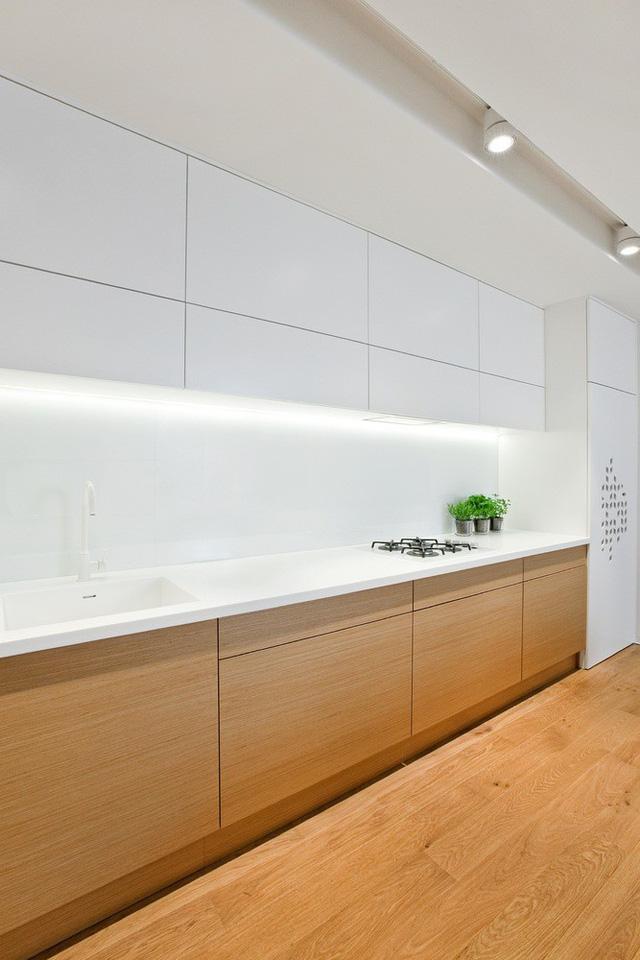 Mặt bếp cũng hạn chế tối đa đặt để các vật dụng, tạo cảm giác thoáng và sang trọng cho cả phòng khách.