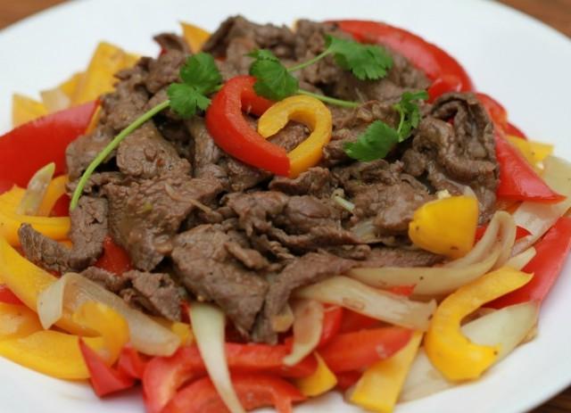 Nhiều người có kinh nghiệm chia sẻ, nếu thịt bò quá dai, trước khi hầm, bạn có thể xoa lên thịt một lớp mù tạt, để trong vòng 5-6 giờ, sau đó rửa sạch và cho vào nồi nấu.