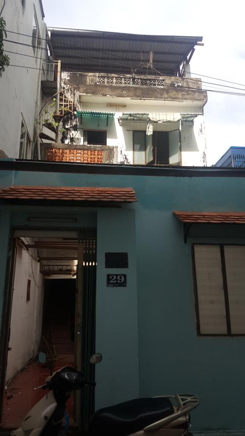 Gia chủ Sài Gòn bỏ nửa nhà làm sân